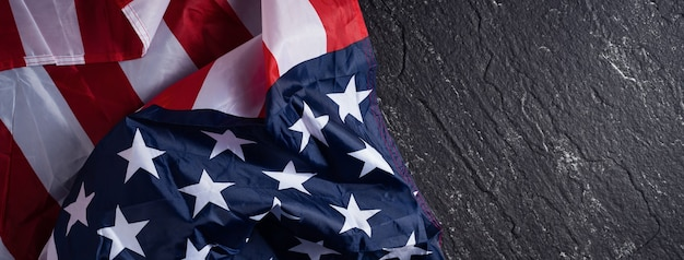 Concetto di giorno dell'indipendenza degli stati uniti o giorno della memoria. bandiera nazionale su sfondo scuro tavolo in ardesia.