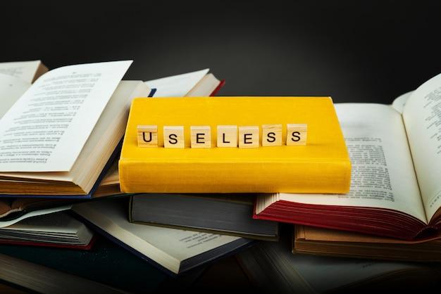 Il concetto di conoscenza inutile. inutile - parola da blocchi di legno