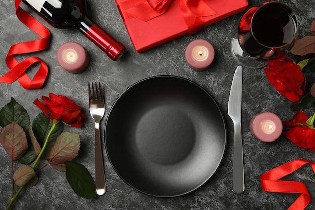Concetto di san valentino con diversi accessori sul tavolo nero smokey