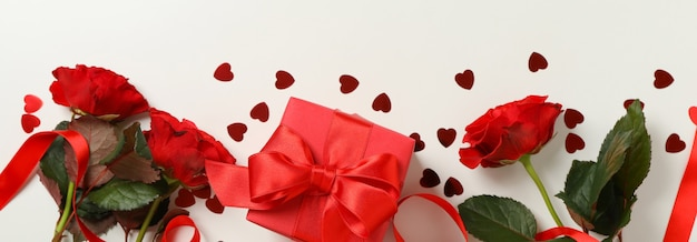 Concetto di san valentino con diversi accessori su sfondo bianco