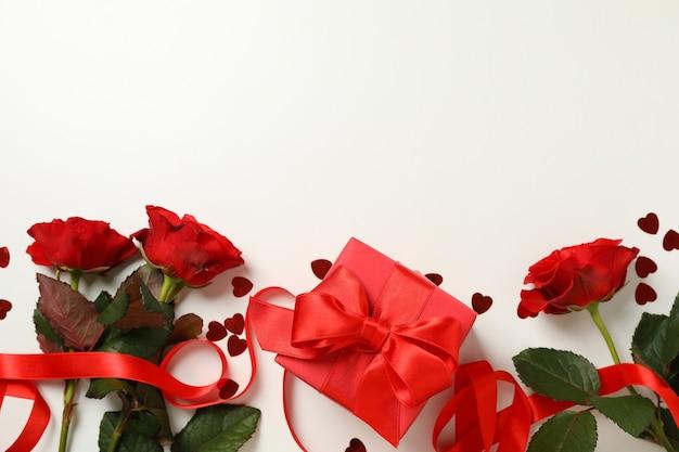 Concetto di san valentino con rose e confezione regalo su sfondo bianco