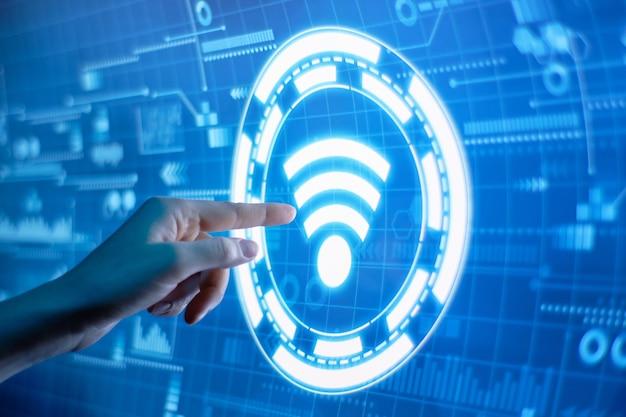 Concetto di wireless wi fi su un futuristico display digitale.