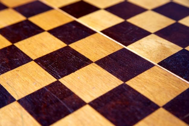 Concetto con pezzi degli scacchi su una scacchiera in legno vista dall'alto