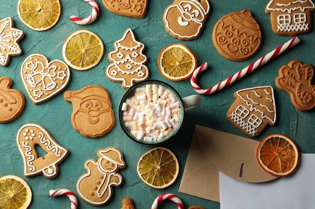 Concetto con biscotto di natale e tazza di cacao