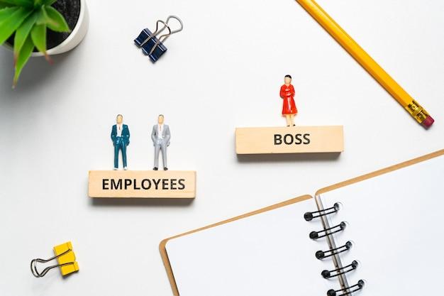 Il concetto di un capo donna e del suo staff.