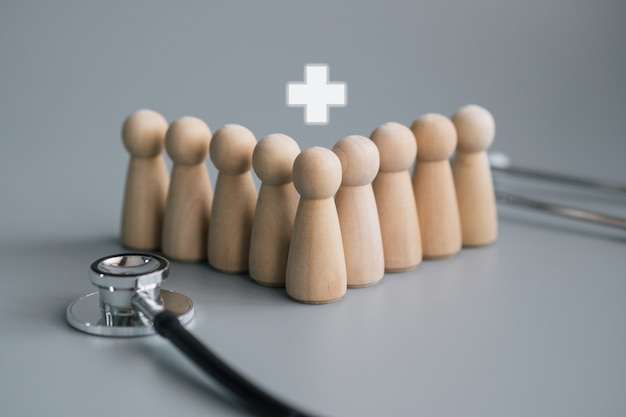 Concetto di personale in legno personale medico con stetoscopio