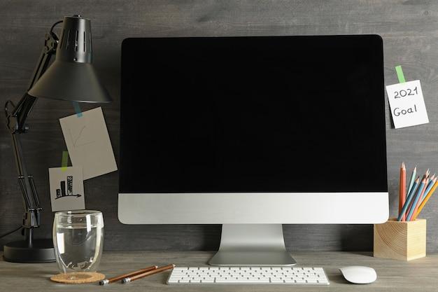 Concetto di posto di lavoro con computer desktop moderni