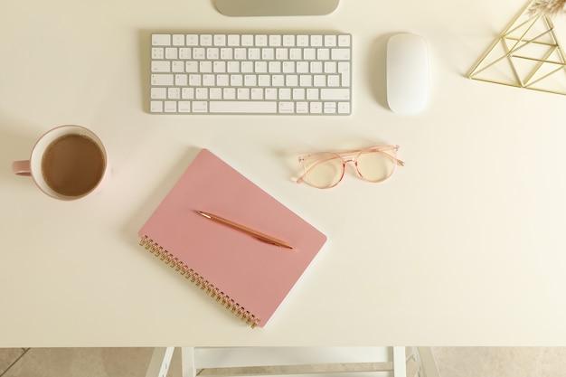 Concetto di posto di lavoro con tastiera moderna sul tavolo bianco