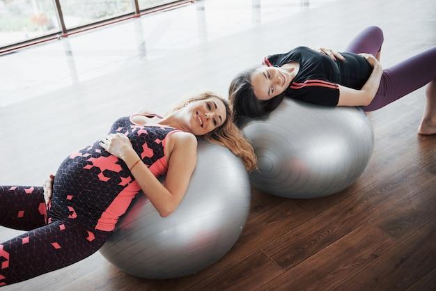Concetto di yoga e gravidanza fitness. ritratto di un giovane modello di yoga in gravidanza che si sta sviluppando al chiuso.