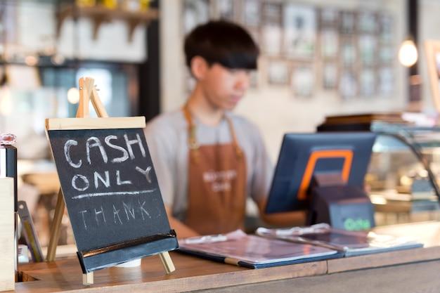 Bordo nero concettuale sulla contro barra con testo in contanti onlt in caffè
