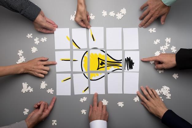 Concettuale per il brainstorming e il lavoro di squadra