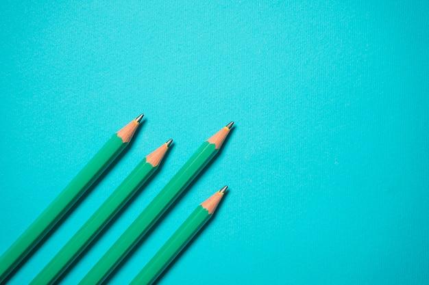 Immagine concettuale di essere il primo o prendere l'obiettivo. sforzati di essere il migliore. adesivi e spille su uno sfondo blu. ritorno a scuola mock up. posa piatta creativa