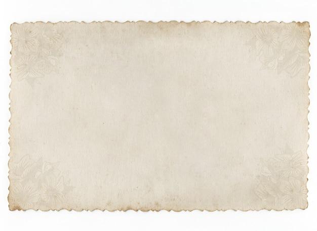 Vecchio sfondo di carta concettuale isolato su bianco