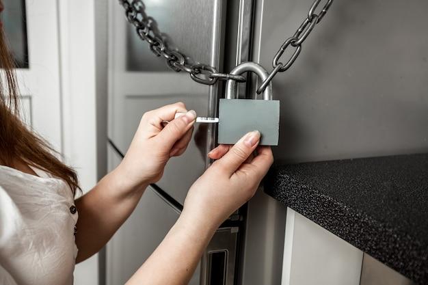 Foto concettuale dell'immagine che appende il lucchetto sul frigorifero