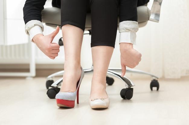Foto concettuale di una donna che indossa scarpe comode e belle