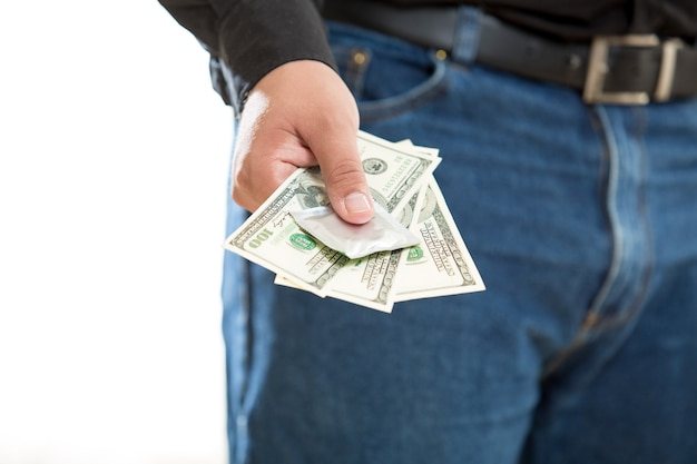 Foto concettuale del giovane che paga per il servizio di prostituta