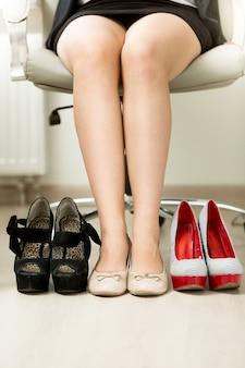 Scatto concettuale di una donna d'affari che sceglie tra scarpe comode e sexy