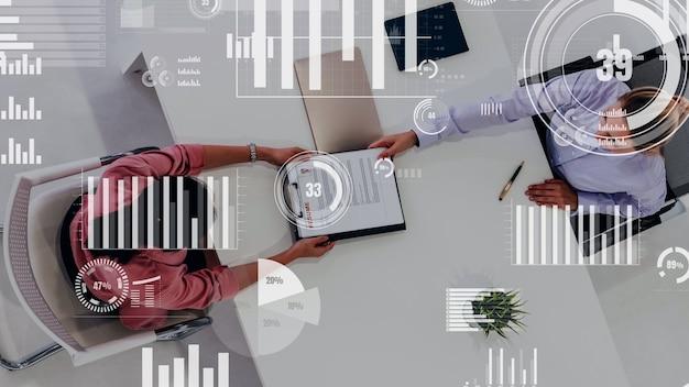 Visione concettuale degli uomini d'affari nella riunione del personale aziendale
