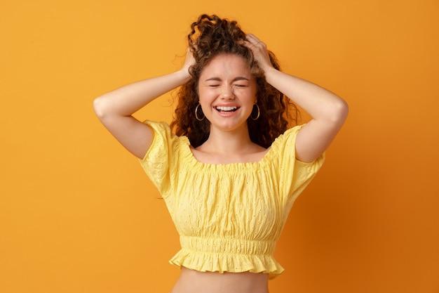 Giovane donna dispiaciuta stressata preoccupata che si tiene la testa