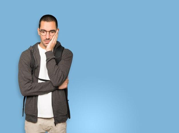 Studente interessato in posa sullo sfondo