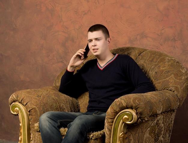 Giovane preoccupato che parla al cellulare Foto Premium