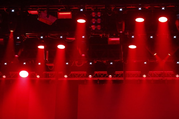 Faretti da concerto. raggi rossi e bianchi di potenti proiettori sul palco
