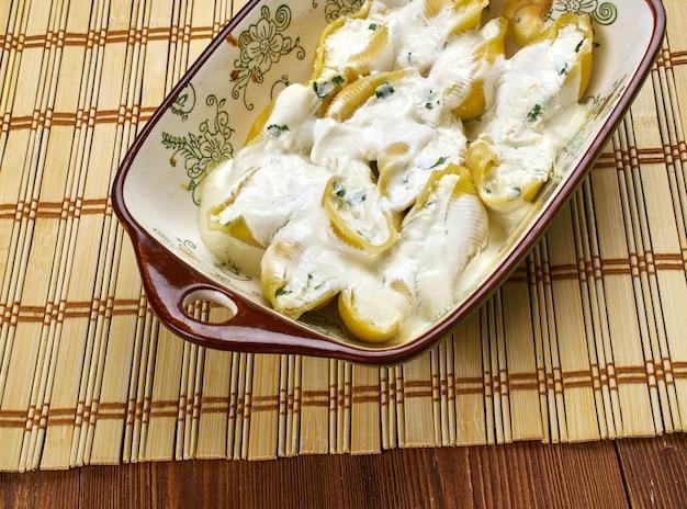 Conchiglioni ripieni di formaggio e verdure,cucina italiana