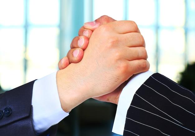 La conclusione della transazione stretta di mano