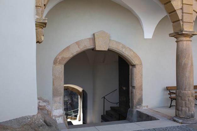 Arco in cemento all'ingresso dell'edificio. colpo all'aperto