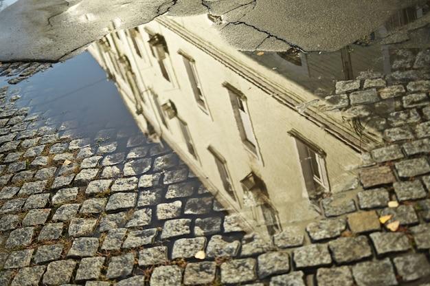 Pietre per lastricati in cemento, mucchio piegato di pietra per la posa del binario