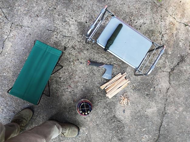 Piattaforma in cemento su cui oggetti per l'utilizzo di stufe portatili antivento in esterni