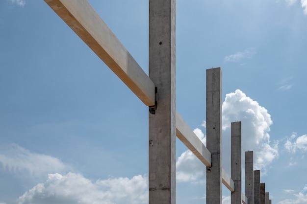 Una trave e una colonna prefabbricate concrete