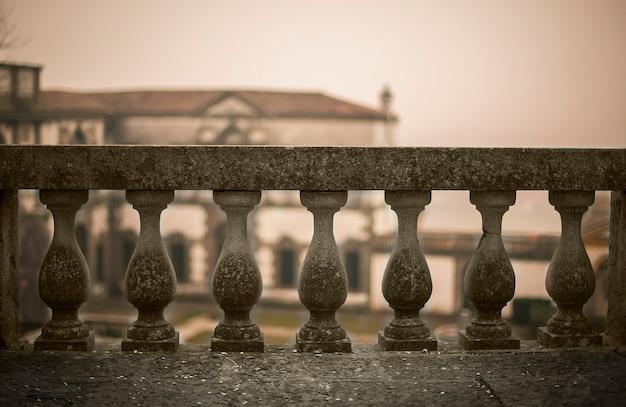 Una ringhiera in cemento di un tipico edificio storico italiano. un grande simbolo degli ostacoli della vita: ogni ostacolo può essere superato se la forza d'animo è abbastanza grande.