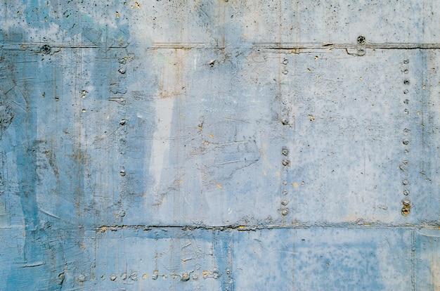 Struttura del muro di cemento come superficie del fondo. dettagli di architettura. muro di cemento blu e grigio. impronta da cassaforma su un muro di cemento