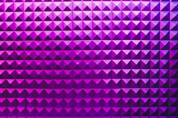 Fondo senza cuciture geometrico bianco e grigio della piramide del triangolo del cemento dello stucco di struttura del muro di cemento con ombra e luce.