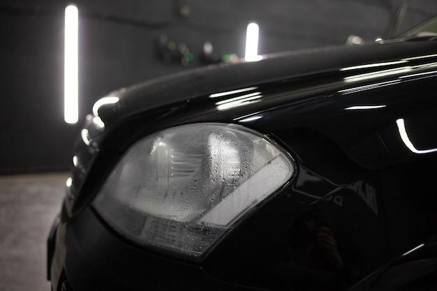 Condensa sotto forma di goccioline d'acqua nel faro di un'auto. lampade per auto a vapore