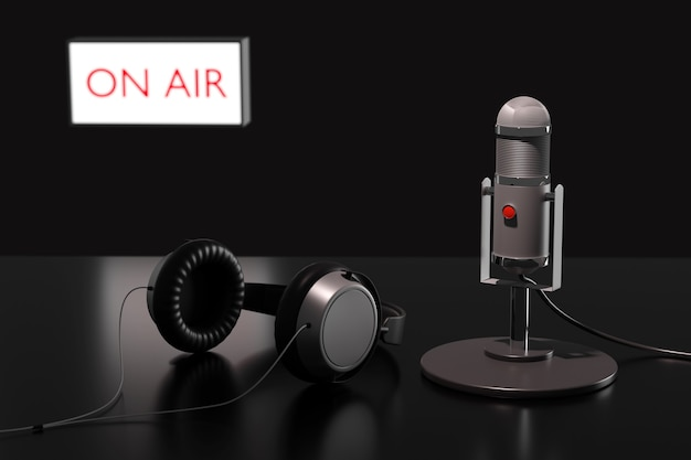 Microfono a condensatore, cuffie e un segno sfocato con il testo