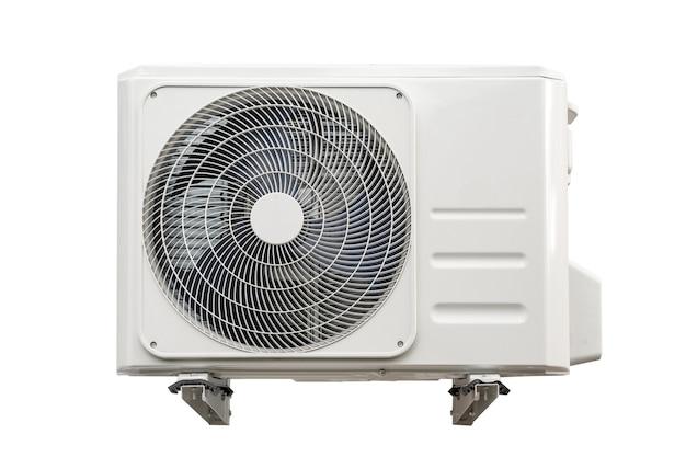 Unità di condensazione dei sistemi di condizionamento dell'aria isolato su bianco con tracciato di ritaglio. unità condensante installata a parete.