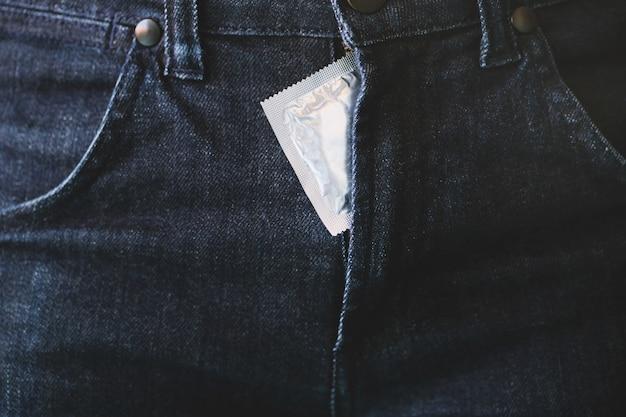 Preservativo all'interno di un pantalone. prevenire l'infezione e i contraccettivi controllano il tasso di natalità o la profilassi sicura.