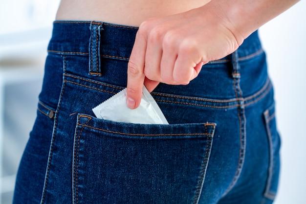Preservativo per sesso sicuro e protetto. protezione e prevenzione delle malattie veneree e delle infezioni e malattie a trasmissione sessuale. stop per aiutare l'hiv