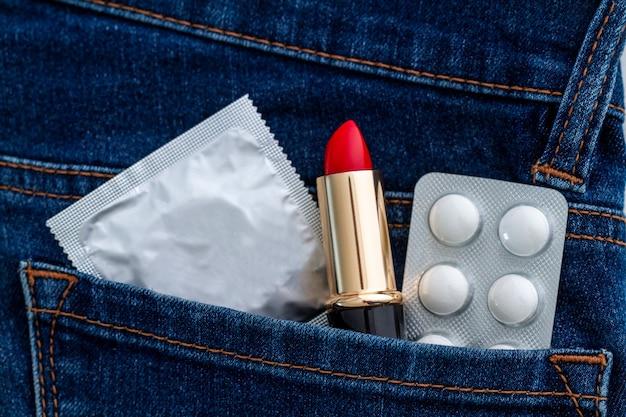 Preservativo per sesso sicuro e protetto. protezione e prevenzione delle malattie veneree e delle infezioni a trasmissione sessuale