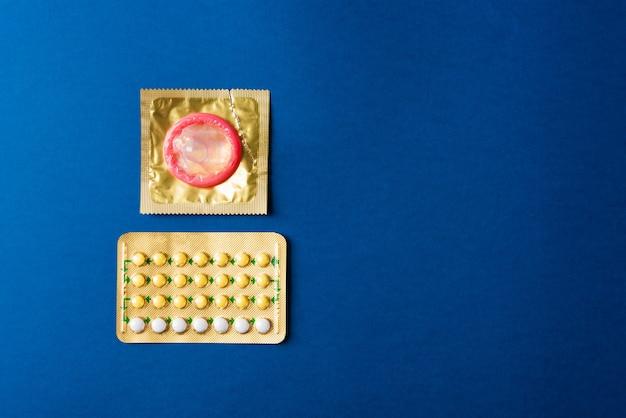 Preservativo su confezione wrapper e pillole contraccettive blister pillole anticoncezionali ormonali