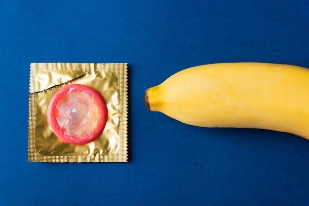 Preservativo sulla confezione dell'involucro e banana gialla
