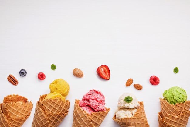 Coni e frutti vari colorati per il concetto di menu estate e dolce.