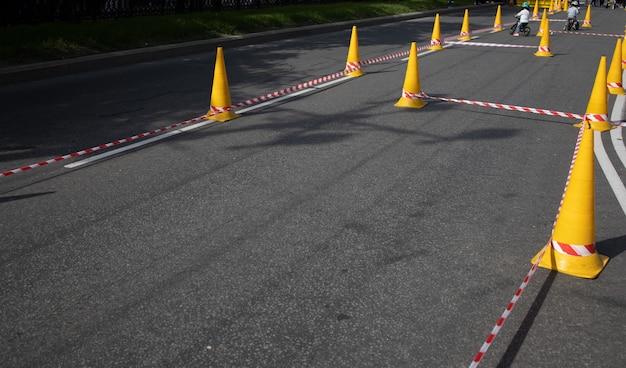 Coni su sfondo grigio asfalto