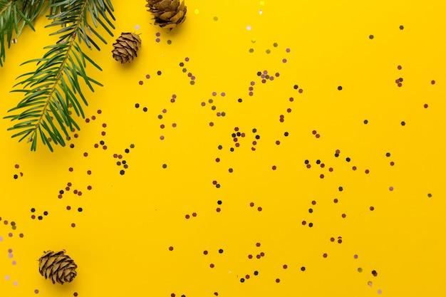 Coni e rami di pino con coriandoli