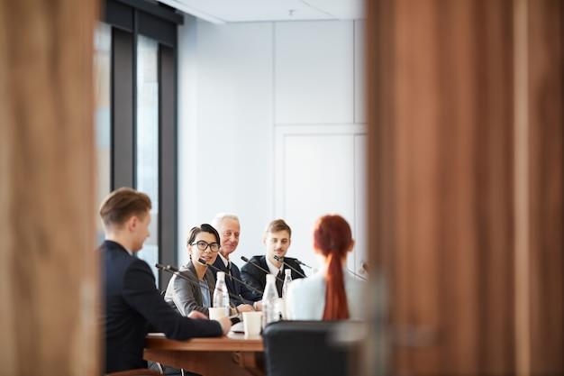 Sala conferenze attraverso le porte