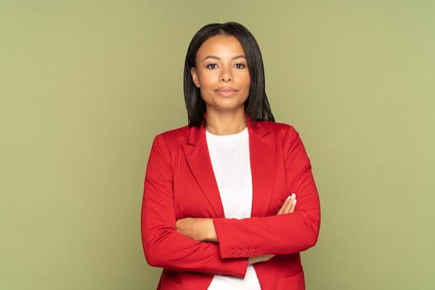Fiduciosa donna d'affari africana con le mani giunte giovane imprenditore di successo o leader femminile