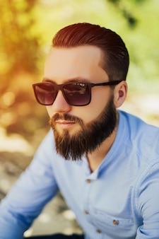 Uomo bello serio barbuto sicuro