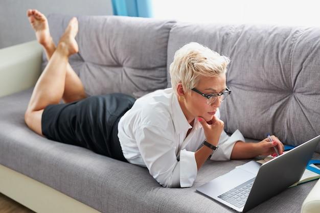 Signora sicura di affari che indossa occhiali da vista